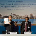 UN secretary-general Ban Ki Moon with a IPCC report